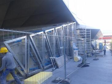 Pose de cadres inox - chantier JTI Genève